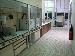 配备长凳的化学实验室